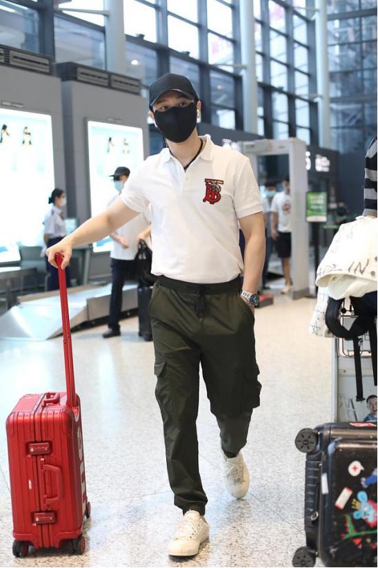 黄晓明现身机场,一身清爽打扮充满夏日风情