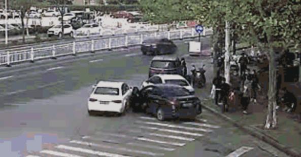 房地产公司真的为一场集体战斗而战,故意撞上一辆车