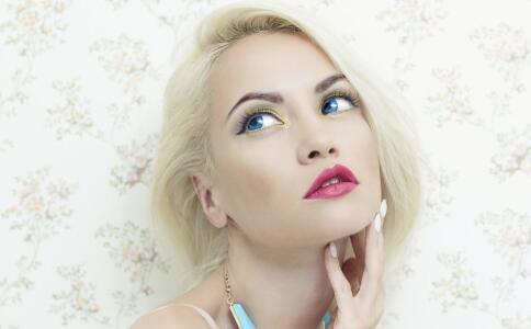 定妆喷雾真的可以定妆吗 ,跟散粉比,究竟哪个比较好