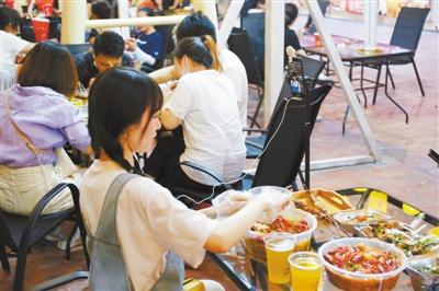 狂吃、催吐、吃奇葩食物……大胃王们为流量付出了可怕的代价。