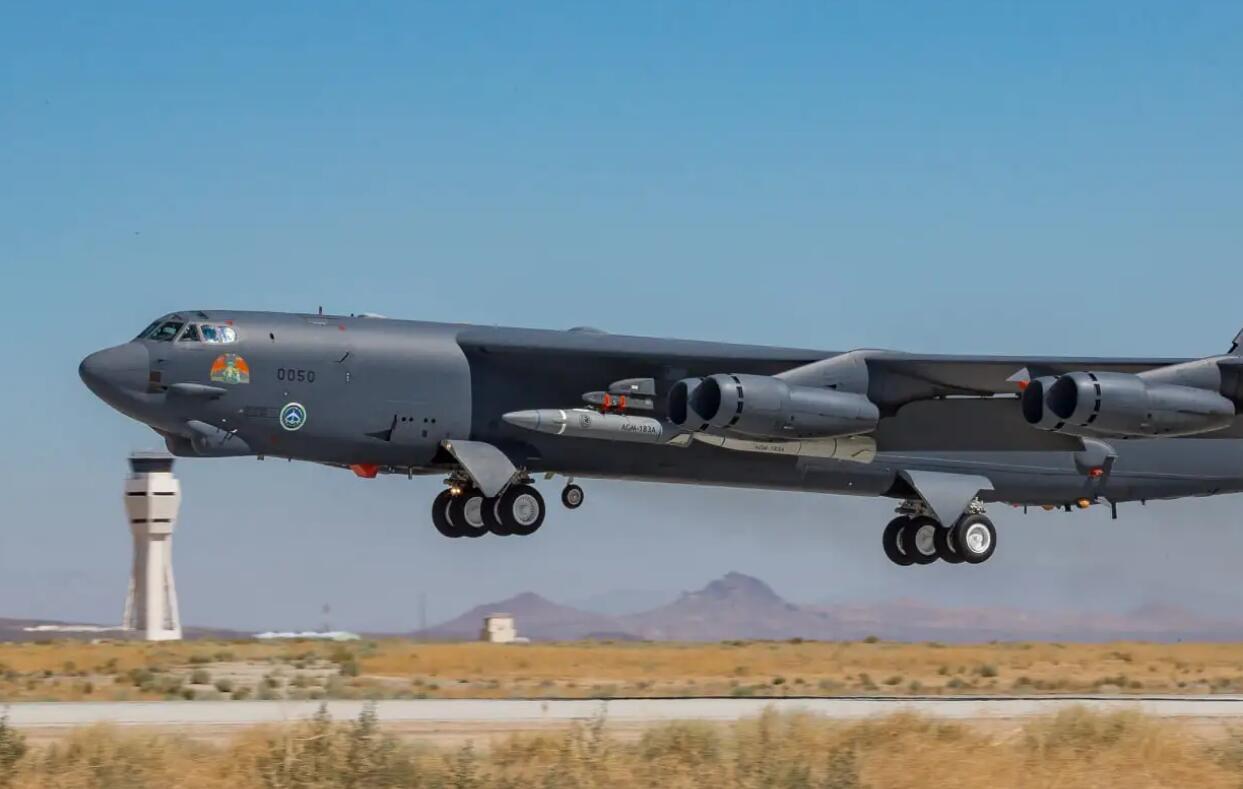 美军B-52H轰炸机同时挂载两枚AGM-183高超音速导弹起飞