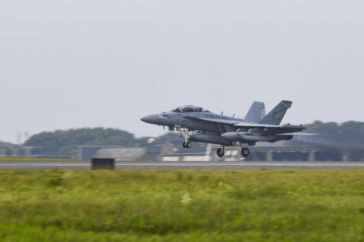 """美国部署在日本的EA-18G""""咆哮者""""电子战机"""