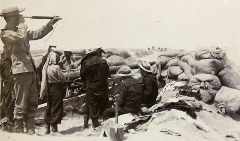 在1900 年的时候,天津人民茫然地看着八国联军