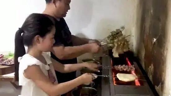 心疼!不想爸妈太劳累,11岁女孩暑假给父母烧烤店当帮手