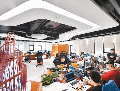 信息传输、软件和信息技术服务业的员工年平均工资排在前面!