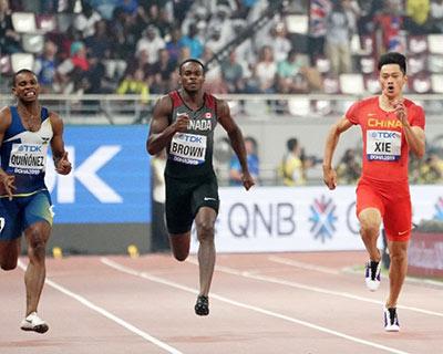 谢震业在本赛季第一场比赛中轻松获得100米+200米的冠军。