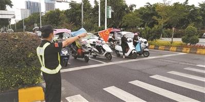 警力站岗 整治车辆违停
