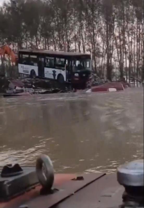 长春公交公司捐赠的废旧公交车被推入决口。源:来网传(已证实)