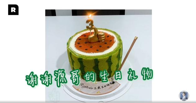 工作室成立3周年 王源惊喜送西瓜蛋糕