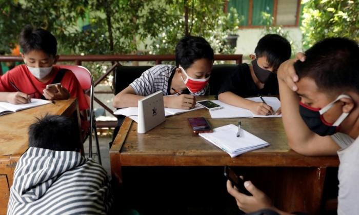 不一样的上课方法:印尼孩子上网课,先捡垃圾再换WiFi
