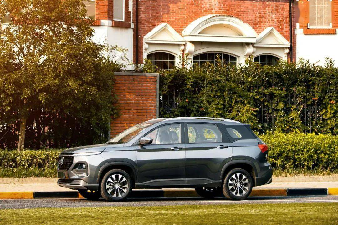 新车型的全球汽车即将上市,新面孔显示出其突出的气质。