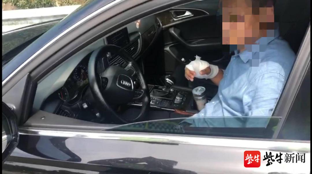 司机右手缠着绷带还开车