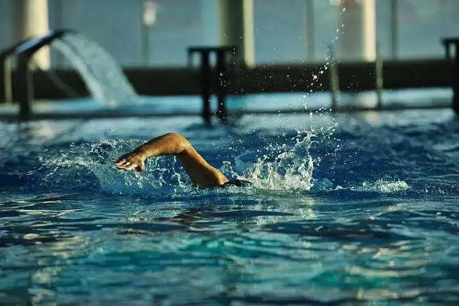游泳教练深夜失眠!竟冒雨带孩子去吉大找游泳池!
