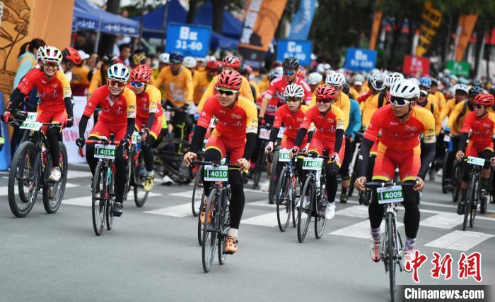100多名骑手参加了跨越丝绸之路的甘肃国际山地自行车比赛