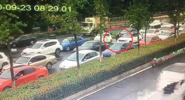 杭州早高峰,救护车被堵在车流中动不了!