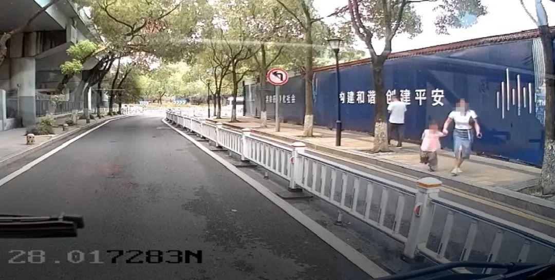 校门口与家人走失!温州7岁女孩独自上了公交车