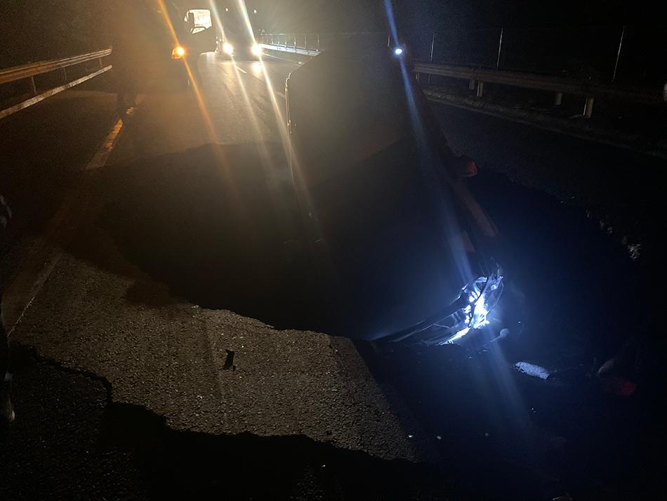 青兰高速定西路段路面塌陷致4车受损