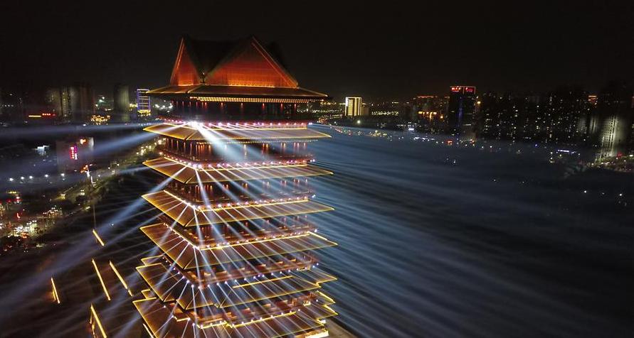 兰州:黄河楼照亮黄河两岸