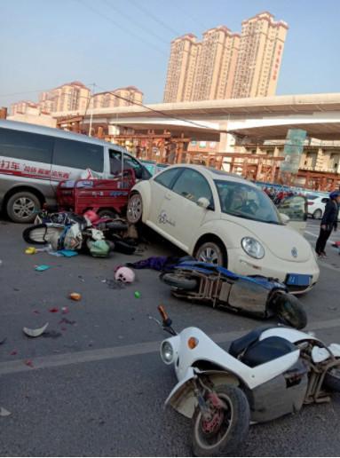 南宁一小车倒车突然失控发生惨烈碰撞