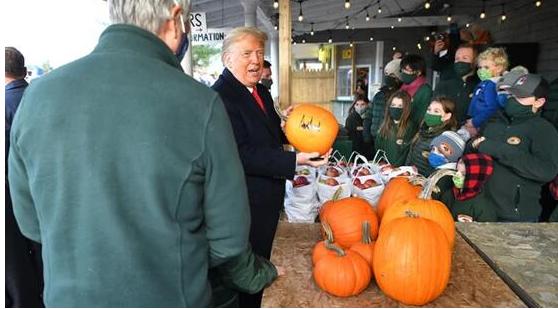 特朗普访问果园签署南瓜:它将在eBay上出售