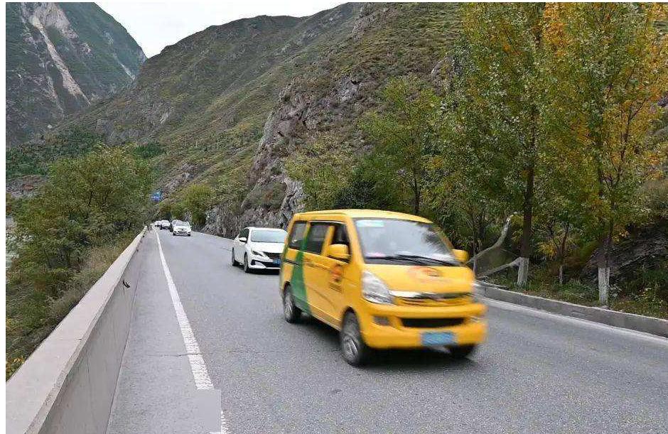 在前往九寨沟途中,三名在车祸中迷路的游客的搜救工作仍在继续