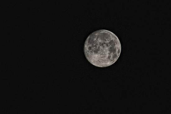 美国航天局在太阳照射下的月球表面发现了水