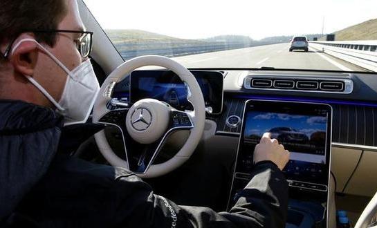 特斯拉肆意宣称自动驾驶革命 竞争对手奔驰也将押注技术进化