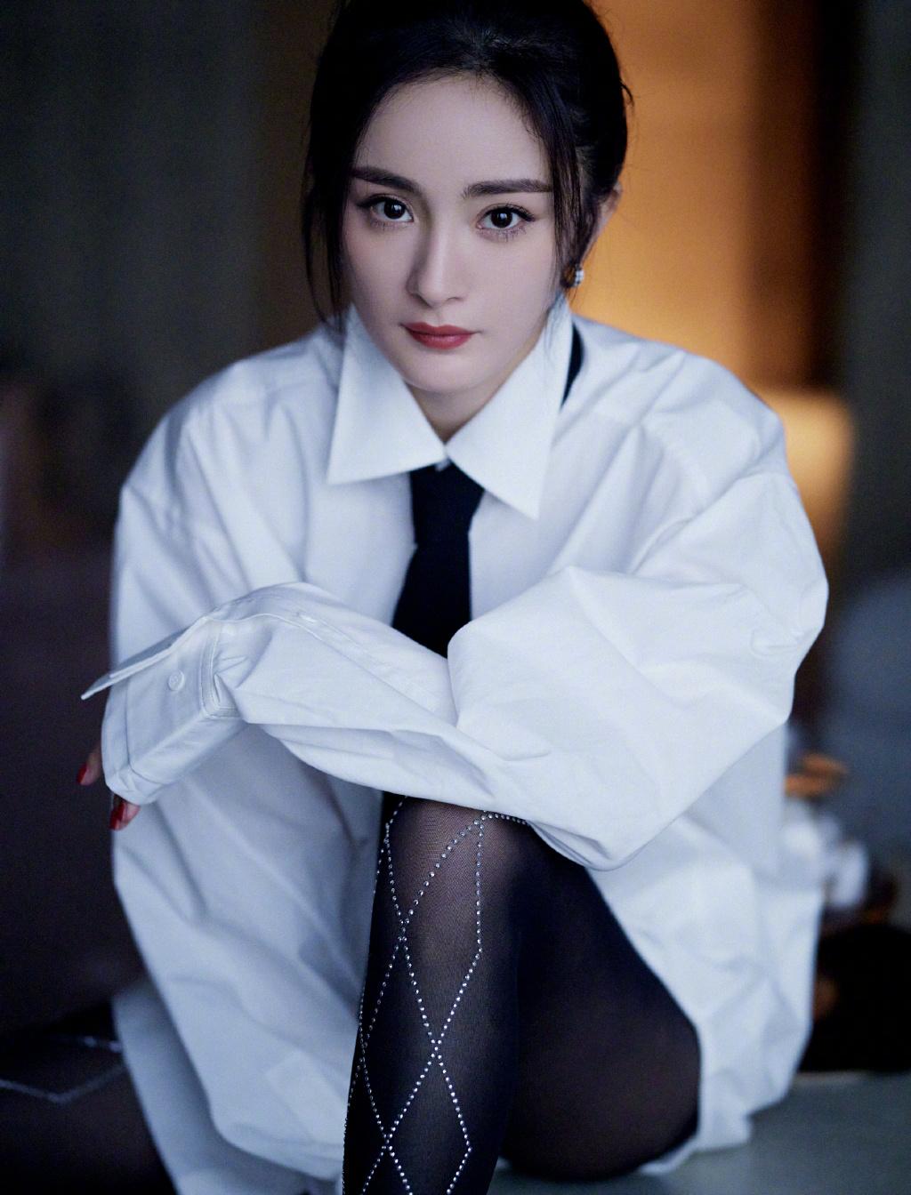 杨幂穿白衬衫很少女 ,搭配黑丝袜清纯迷人
