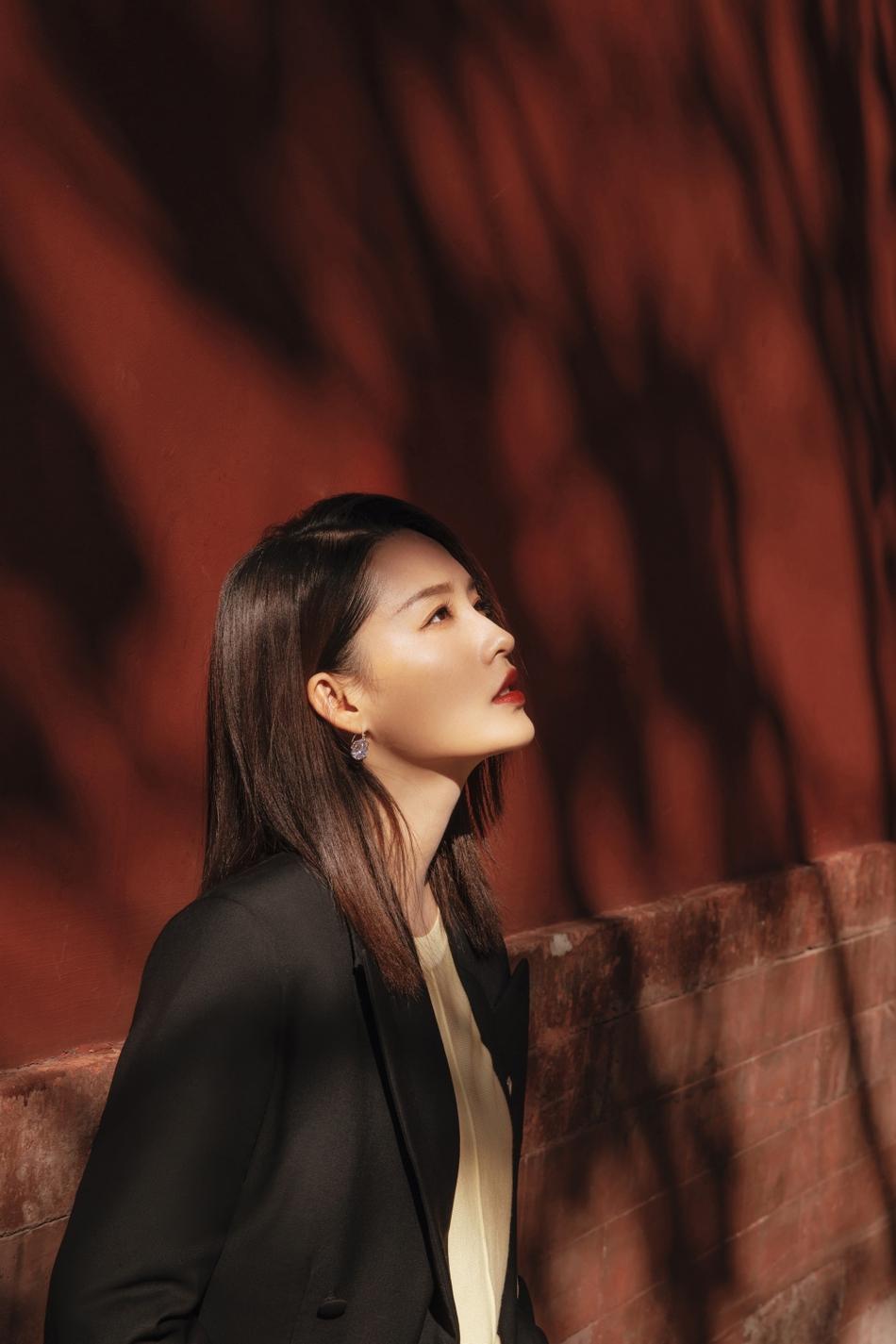 李沁穿黑色西装有女强人的姿态,光影交错意境悠远