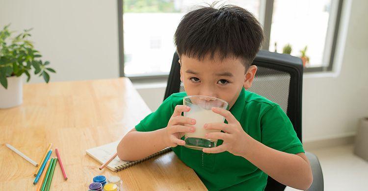 常见的买牛奶误区,父母事弄清楚了,别给孩子买错了