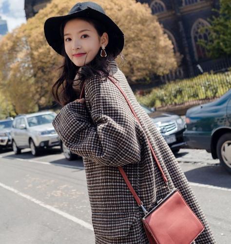 穿大衣想时尚感好,包包搭配很重要!学会这4个法则,优雅有气质