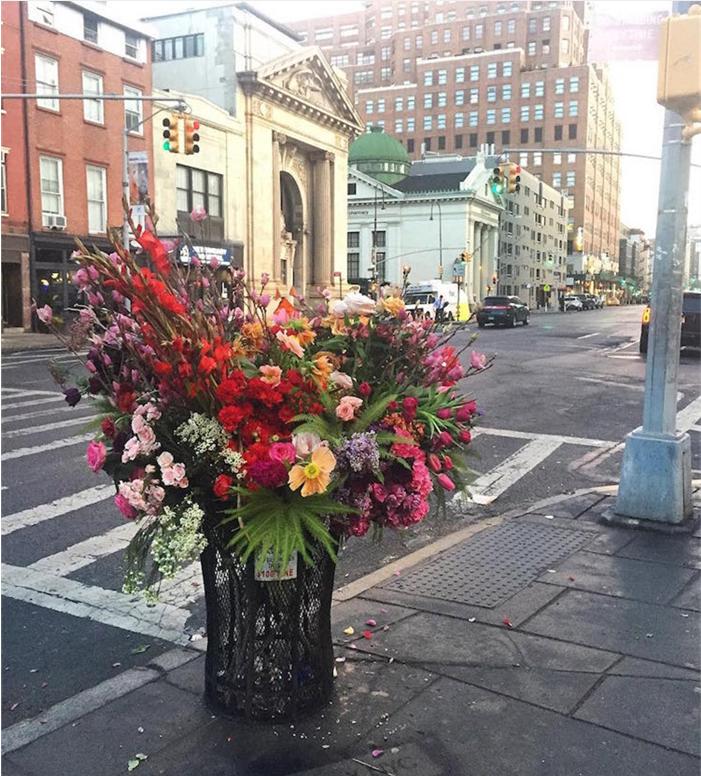 他把纽约所有的垃圾桶都变成花瓶了