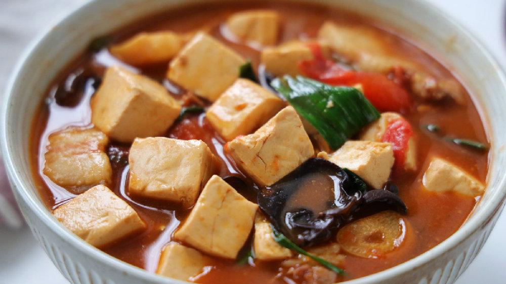 豆腐这样炖太费米饭了,用砂锅煲一锅,滑嫩入味,很适合冬天