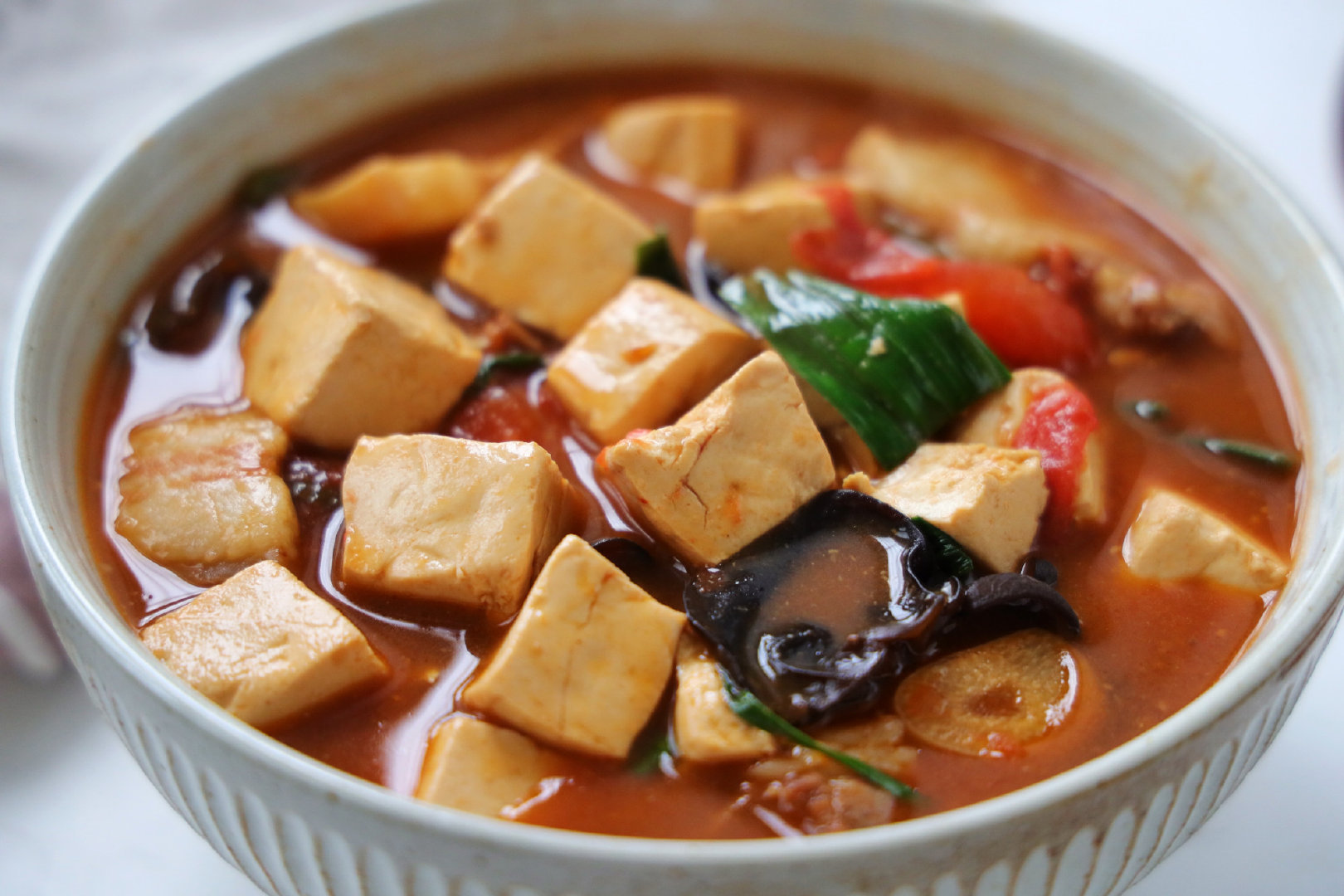 豆腐这样炖太费米饭了,用砂锅煲一锅,滑嫩入味,太适合冬天吃了