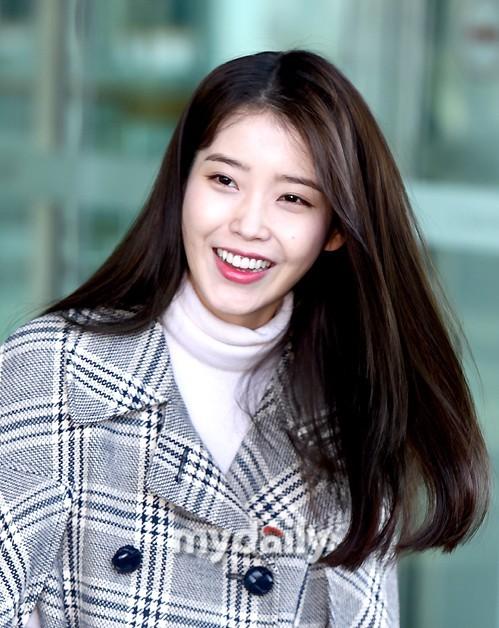 韩国女演员IU捐赠60万元,帮助贫困学生支付生活费和学费