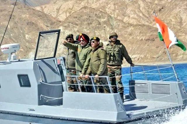 印军将领乘坐小型快艇前往边境地区