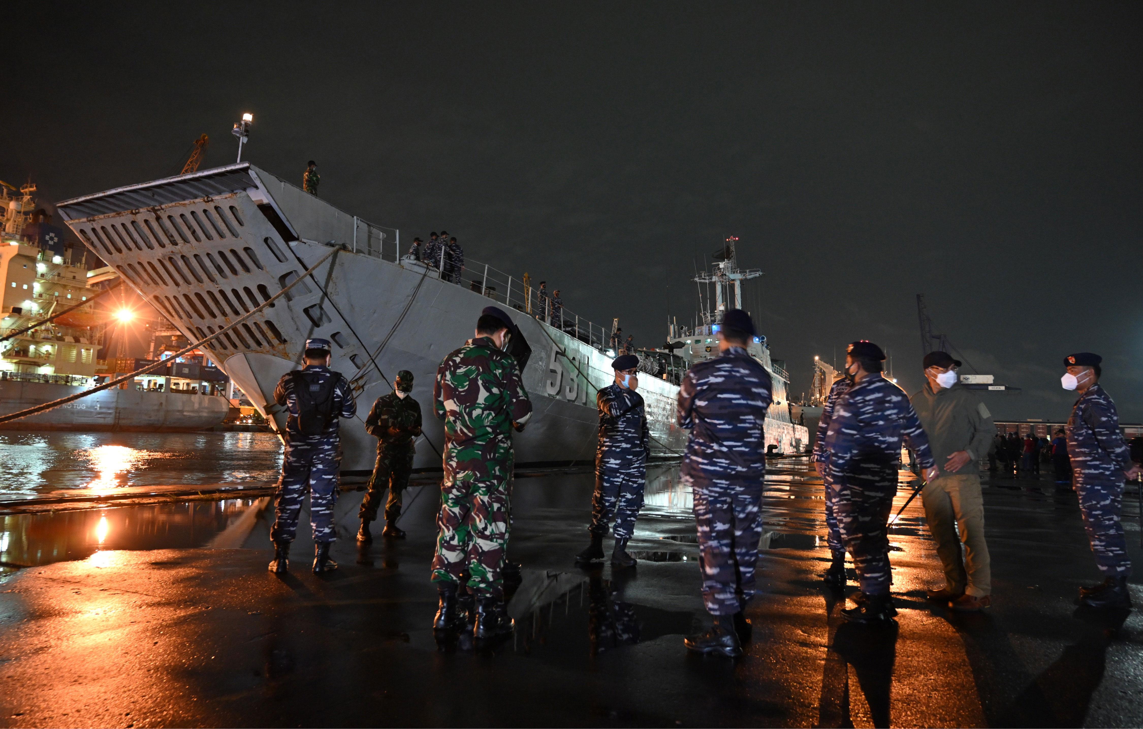印尼军方:客机在爪哇海坠毁,发现了部分残骸