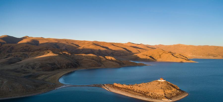 风景如画的羊湖北岸日托寺