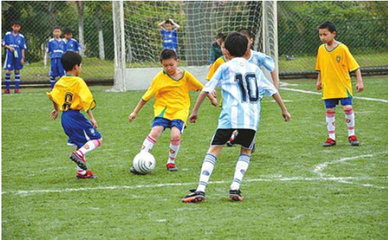 校园足球的发展是以脚踏实地的方式教育人们.