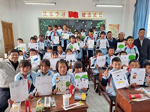 """上海-大理连线:海归老师给白族孩子上堂美术""""私教课"""""""